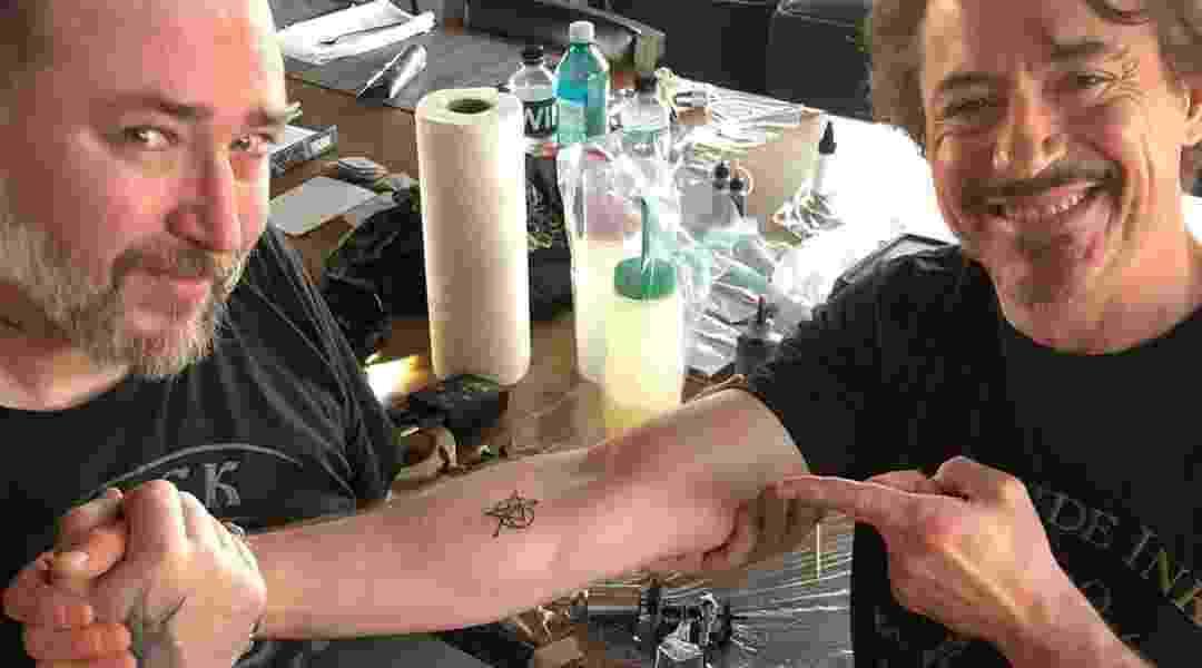 Robert Downey Jr. tatuou na pele um símbolo em referência aos Vingadores - Reprodução/Instagram