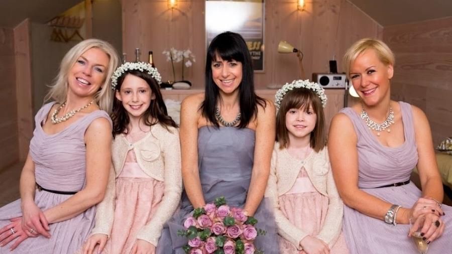 Janet (ao centro, com Nicola à esq e Vicky à dir) voltou a se casar, mas guarda boas memórias do tempo em que dividiu a casa com as amigas - Janet Hoggard
