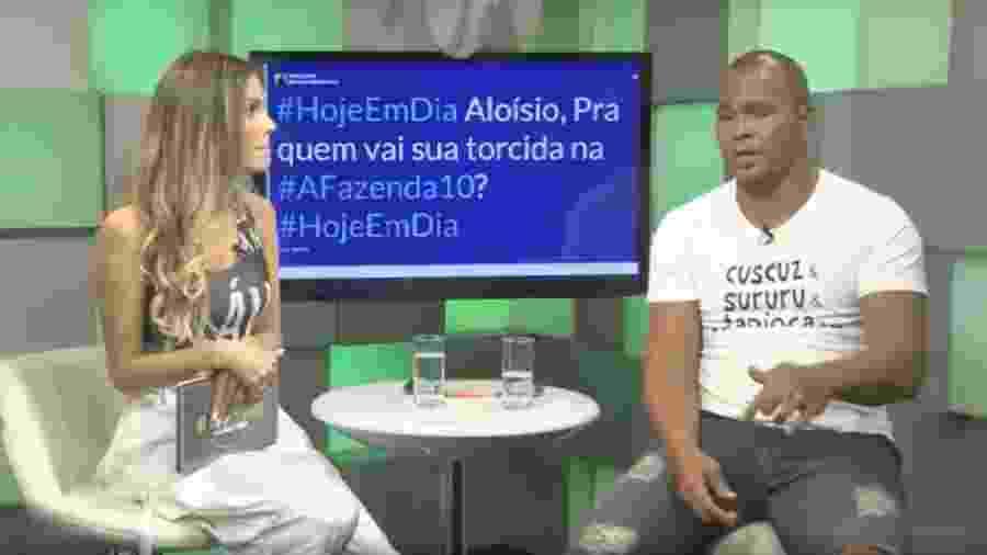 Flávia Viana conversa com Aloísio Chulapa após eliminação do peão - Reprodução/PlayPlus