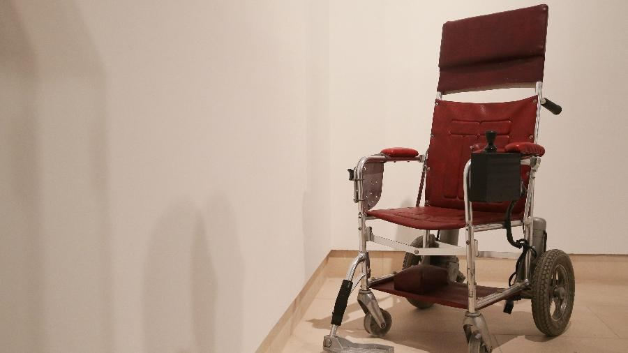 Cadeira de rodas motorizada, de 1988, que pertenceu a Stephen Hawking  - Daniel Leal-Olivas/AFP