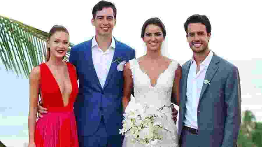 Marina Ruy Barbosa posa com os noivos e o marido, Xandinho Negrão, em casamento na Bahia - Reprodução/{Instagram