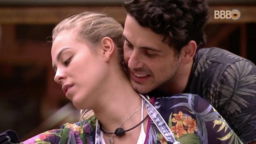 Maycon tenta beijar Isabella na cozinha do confinamento  - Reprodução/GloboPlay