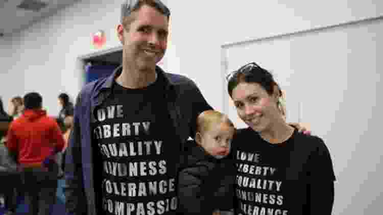 Elizabeth e David Truby levaram o filho de 20 meses à leitura na bliblioteca para 'apoiar as pessoas que são marginalizadas' - BBC - BBC