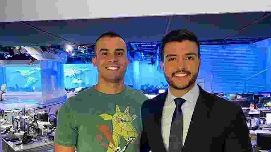 O jornalista Matheus Ribeiro, da TV Anhanguera, com o namorado, Yuri, no estúdio do Jornal Nacional - Reprodução/Instagram