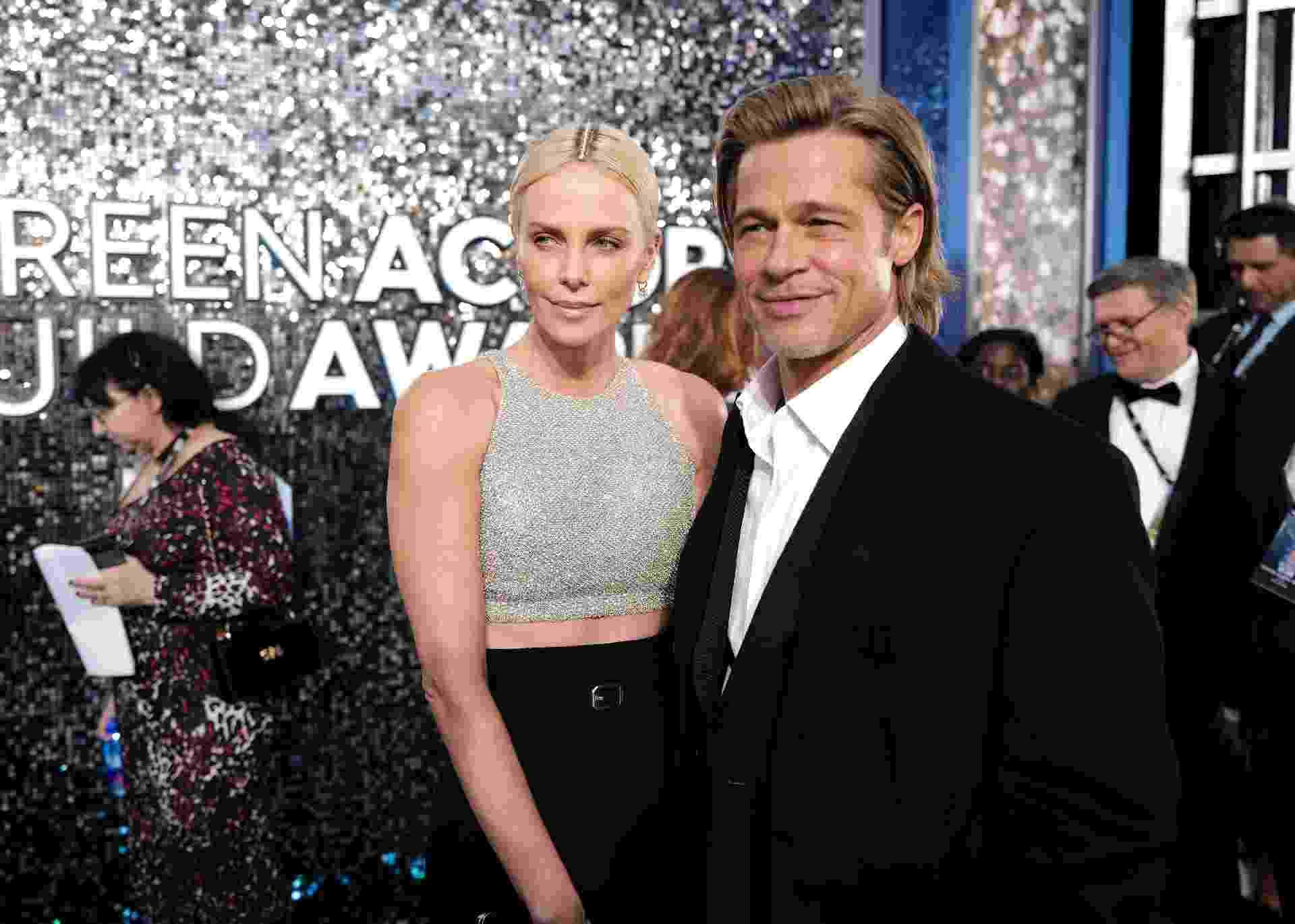 A definição de tanto faz: Charlize Theron e Brad Pitt posam no tapete vermelho - John Shearer/Getty Images