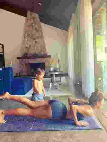 Isis Valverde pratica ioga ao lado do filho Rael - Reprodução/Instagram