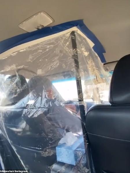 Motorista de Lyft em Nova York instalou barreira improvisada na cabine do carro para se isolar dos passageiros - Reprodução