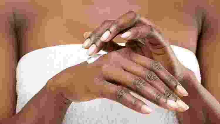 Mulher passando hidratante, pele seca, pele ressecada - iStock - iStock