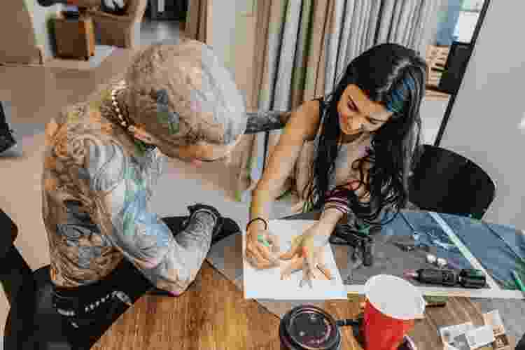Kourtney Kardashian faz tatuagem em Travis Barker - Reprodução/Instagram - Reprodução/Instagram