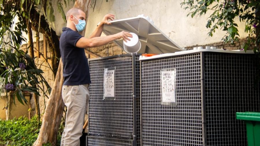 O médico Guilherme Esher deposita lixo orgânico na composteira comunitária instalada na vila onde mora, em Perdizes - Caio Lazaneo