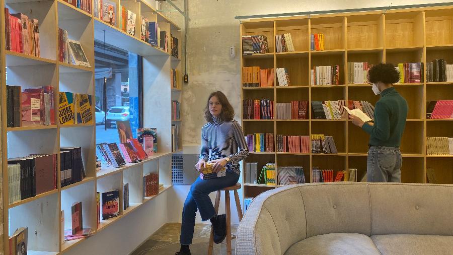 Johanna Stein, fundadora da livraria Gato Sem Rabo, posa dentro do espaço, localizado no centro de São Paulo - Divulgação