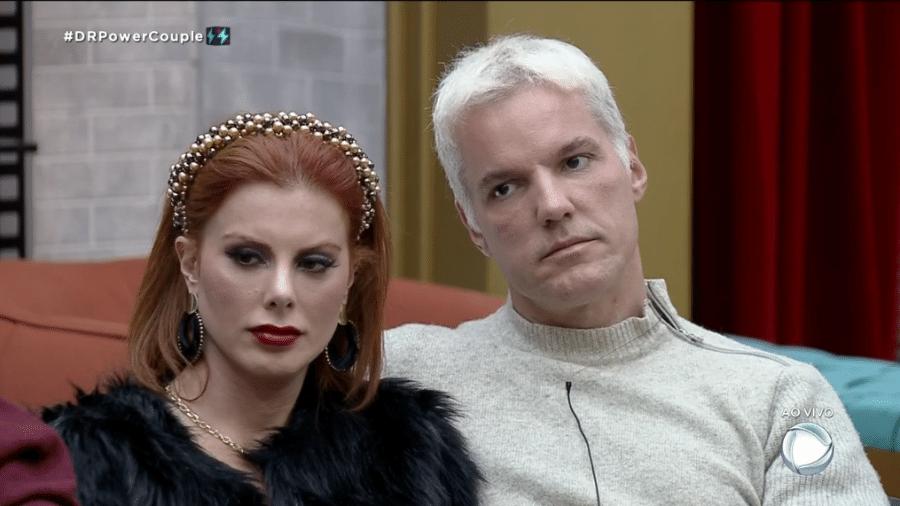 Sempre indóceis, Jovem Cid Moreira e Deborah observam os adversários - Reprodução/Record TV