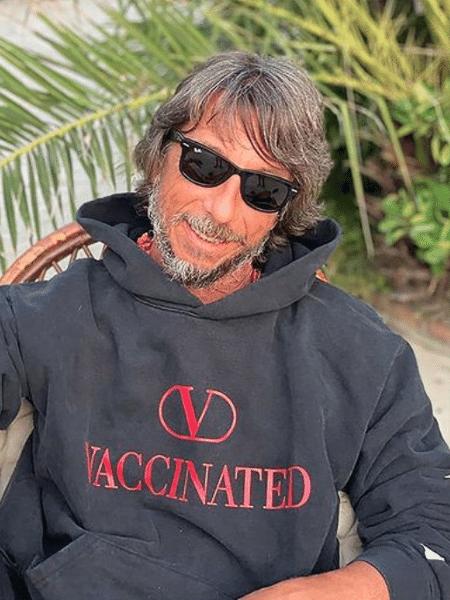 O polêmico moletom da Valentino, aqui vestido pelo diretor criativo Pierpaolo Piccioli, gerou críticas de opositores às vacinas - Reprodução/Instagram