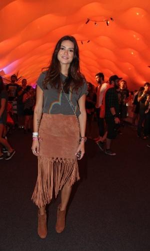 27.set.2015 - Thaila Ayala usa saia de franjas para curtir o último dia de shows do Rock in Rio