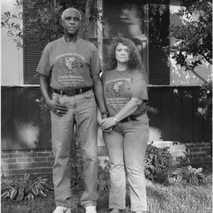 """A princípio, a fotógrafa Donna Pinckley acreditava que apenas os casais mais velhos eram alvo deste tipo de comentários. """"Por qual motivo ele está com ela? Ele pode escolher qualquer bela mulher negra"""", ouviu o casal da imagem - Reprodução/Donna Pinckley"""