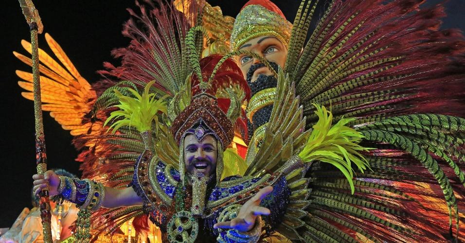 7.fev.2016 - Destaque de carro da Estácio da Sá, escola que celebra São Jorge na abertura do grupo de elite do Carnaval do Rio