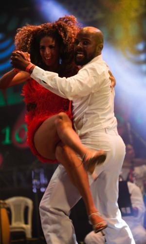 7.fev.2016 - Bailarinos do grupo de samba Bambas do Pernambuco