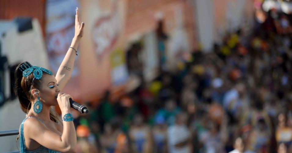 9.fev.2016 - Vina Calmon acende público em mais uma passagem do Cheiro de Amor pelo circuito Barra-Ondina
