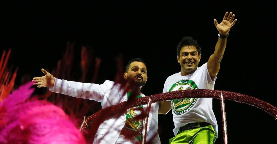 13.fev.2015 - Estrelas do desfile da Imperatriz, Zezé Di Camargo e Luciano acenam para o público em carro da escola