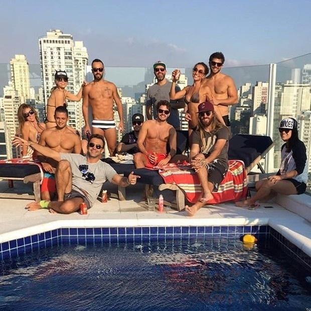 19.mar.2016- Sabrina Sato e Duda Nagle passaram o sábado (19) entre amigos a beira de uma piscina. O novo casal apareceu abraçadinho em fotos postadas nas redes sociais.
