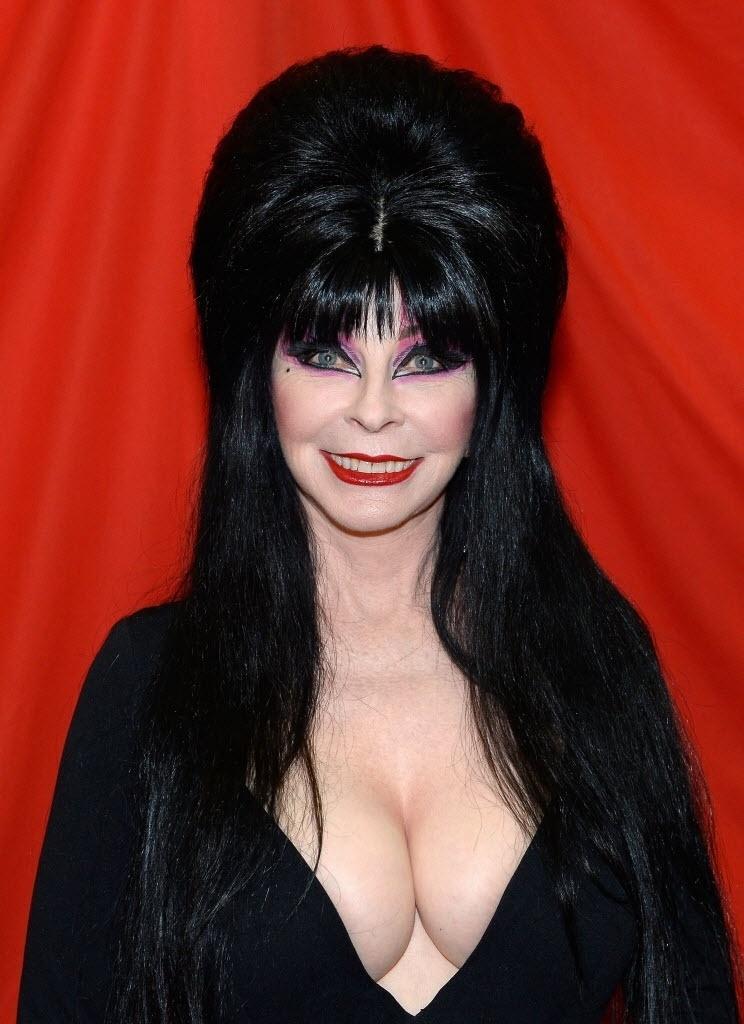 23.jul.2016 - A atriz Cassandra Peterson foi vestida à caráter em seu papel mais reconhecido: a bruxa Elvira