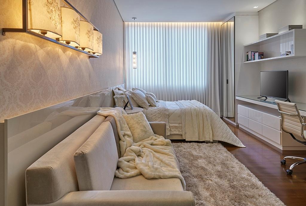 Na residência Hibiscos, o quarto da filha foi projetado com a intenção de alinhar uma atmosfera mais romântica com peças de design atemporal: o destaque vai para o papel de parede adamascado e para o conjunto de arandelas (à esq.). A casa, desenhada pela arquiteta Myrna Porcaro, teve interiores projetados por Estela Netto