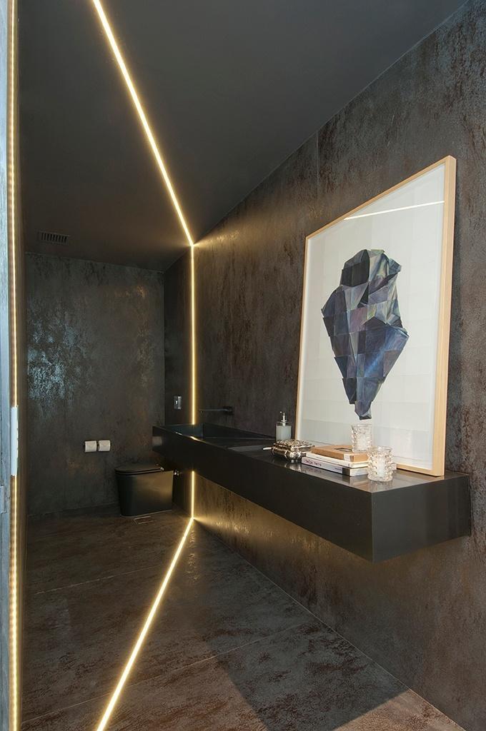 A iluminação do lavabo tem um filete de led embutido em perfil de alumínio que adiciona um elemento de destaque, assim como a aquarela de Rodrigo Zamora (Galeria ema Thomas). O projeto de interiores é da arquiteta Consuelo Jorge