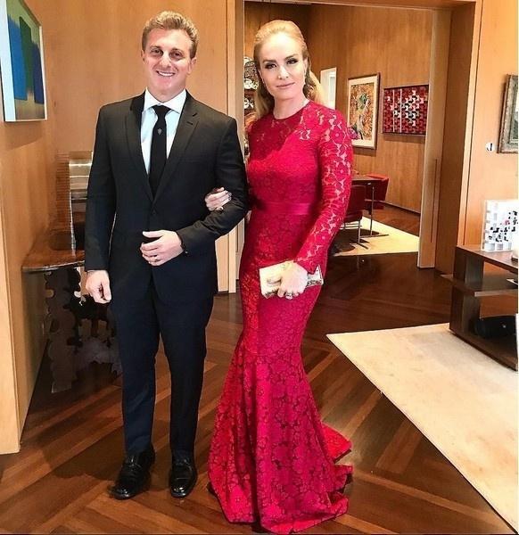 Angélica escolheu um vestido de renda vermelho para arrasar no casamento de Marina. A apresentadora estava acompanhada do marido Luciano Huck