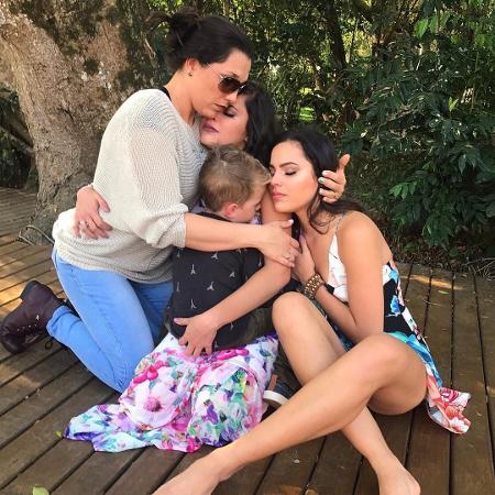 Emilly e Mayla com a mãe, que faleceu há um ano - Reprodução/Instagram