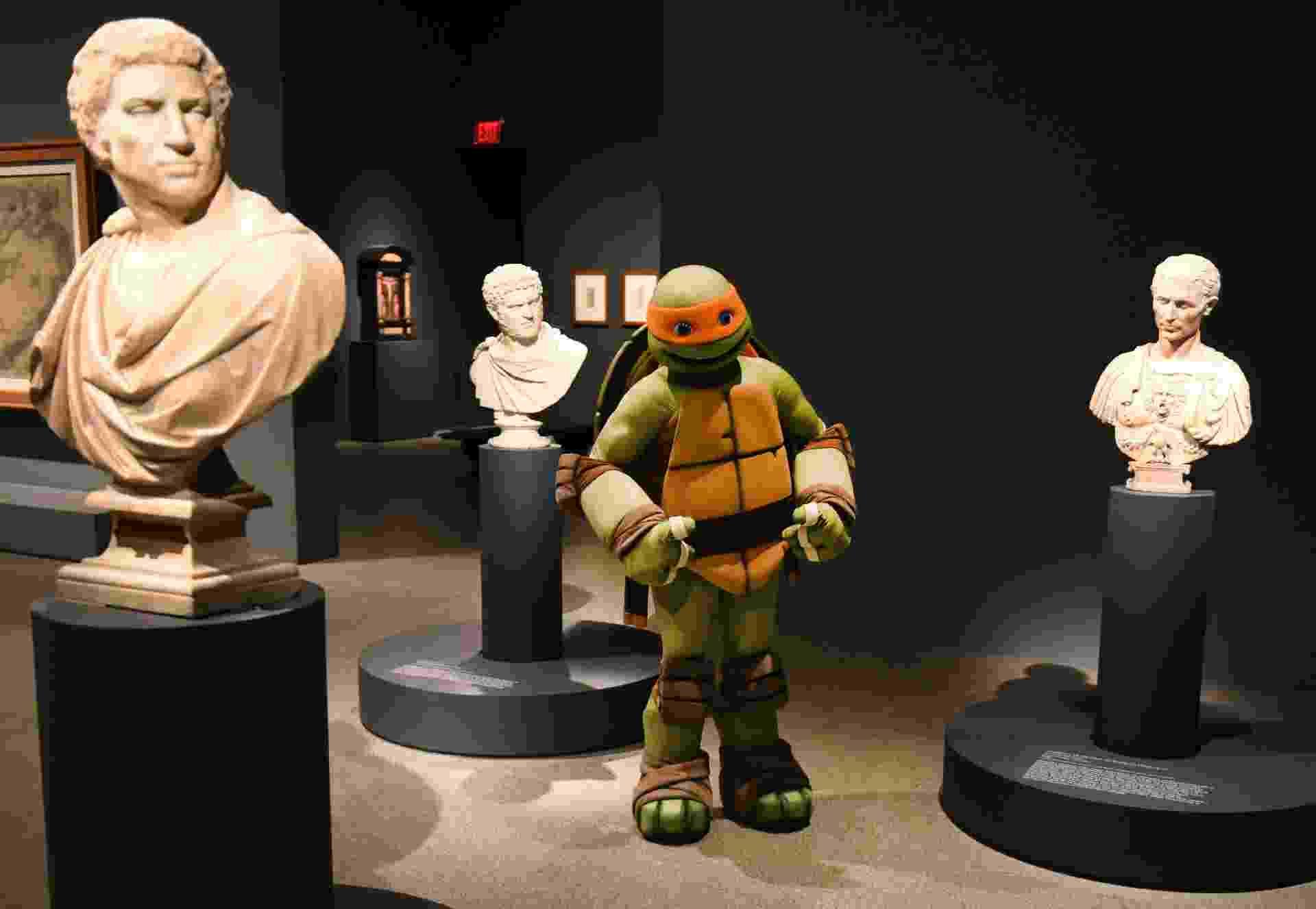 """O personagem Michelangelo, das Tartarugas Ninja, visitou a exposição """"Michelangelo: Divine Draftsman and Designer"""" no museu Metropolitan of Art, de Nova York - Timothy A. Clary/AFP"""