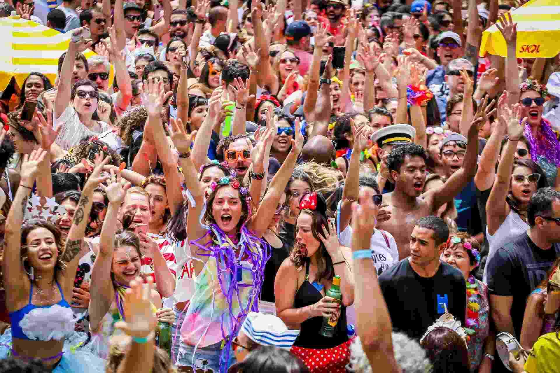 Bloco carioca Sargento Pimenta, conhecido pela mistura das músicas do Beatles com marchinhas carnavalescas, desfila pela Av. Faria Lima, na Vila Olímpia - Edson Lopes Jr./UOL
