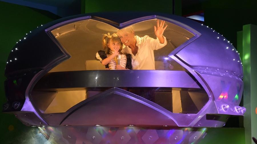 """Antes do """"Parabéns"""", Xuxa desce da nave com a sobrinha neta Valentina  - Blad Meneghel/Divulgação"""