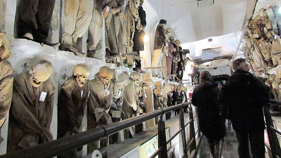 Turistas caminham entre restos mortais expostos nas Catacumbas dos Capuchinhos - Gmihail/creativecommons.org/licenses/by-sa/3.0/rs/deed.en/