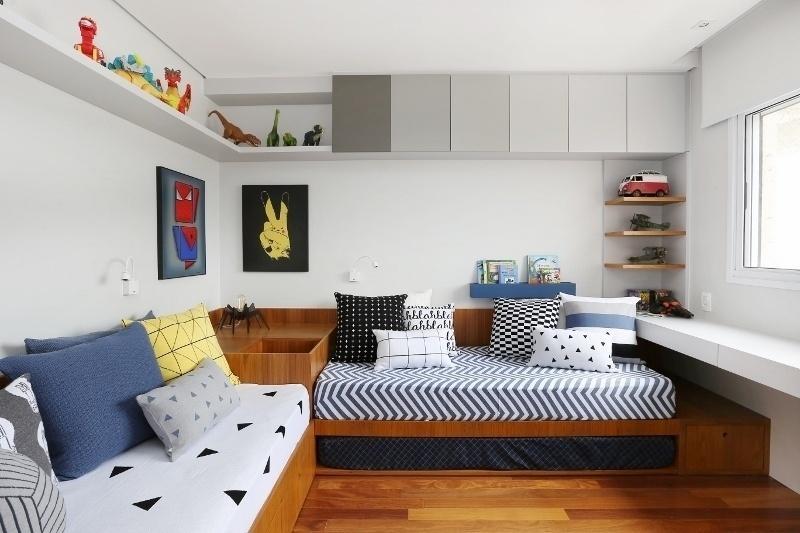 Na busca de manter quarto de criança sempre arrumado, a arquiteta Ana Cecília Toscano e a designer de interiores Flávia Lauzana, da ACF Arquitetura, criaram gavetões na base das camas e baús no vão entre as cabeceiras
