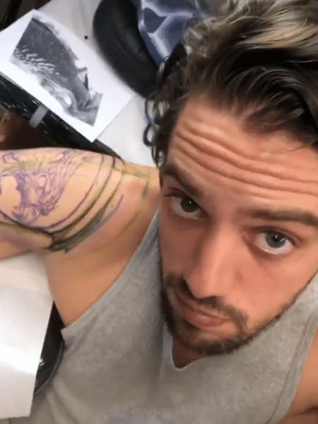Rafael Cardoso é tatuado em Belo Horizonte - Reprodução/Instagram/rafaelcardoso9