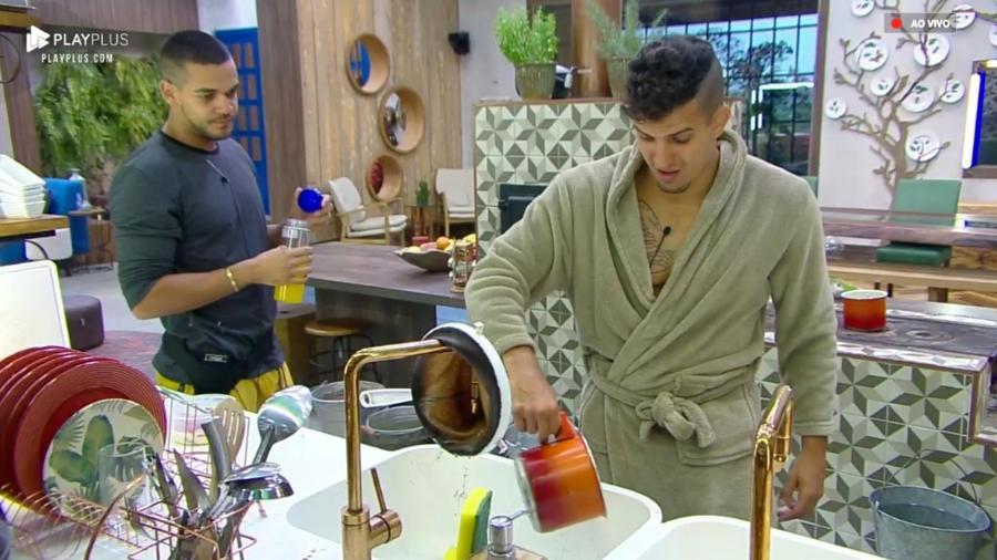 Caique Aguiar e Felipe Sertanejo conversam na cozinha da sede  - Reprodução/PlayPlus