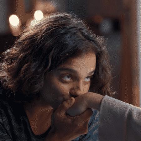 """Cadu Libonati beija a mão da avó, Irene Ravache, em """"Espelho da Vida"""" - Reprodução/Globo - Reprodução/Globo"""