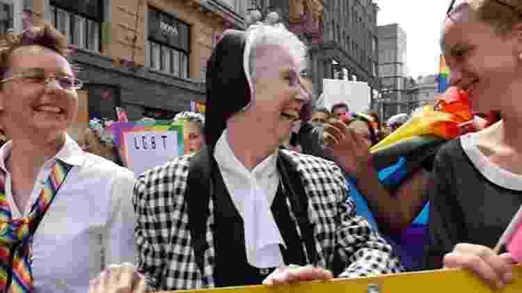 01. Ao centro, Jeannine Gramick, freira americana pró-LGBT, durante a parada gay de Praga - Divulgação - Divulgação