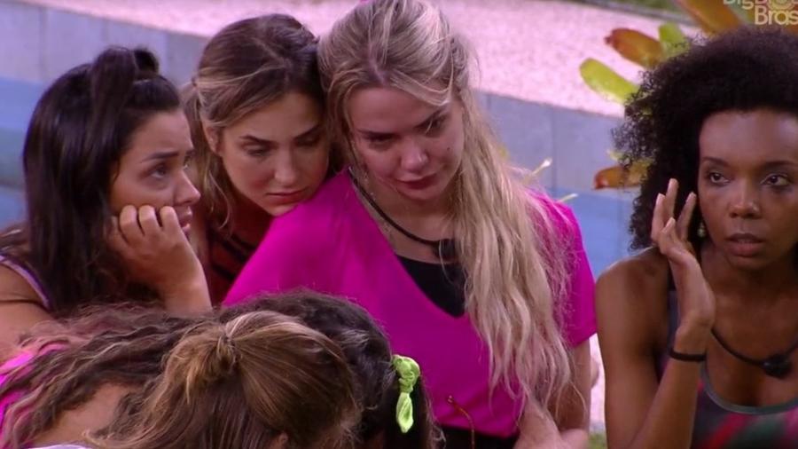 Marcela chora após ir automaticamente para o paredão e é consolada por sisters - Reprodução/Globoplay