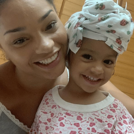 Juliana Alves e a filha Yolanda, de 2 anos; atriz diz que a filha tem bonecas de todas as cores - Reprodução/Instagram