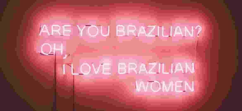 """""""Você é brasileira? Ah, eu amo as mulheres brasileiras"""", diz obra em inglês de Santarosa Barreto feita a partir do desconforto da artista com a visão estrangeira - Santarosa Barreto/Divulgação"""