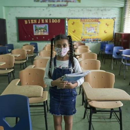 Estudante com máscara contra covid-19 -  UNICEF/ UNICEF/UN0359848/Schverdfinger