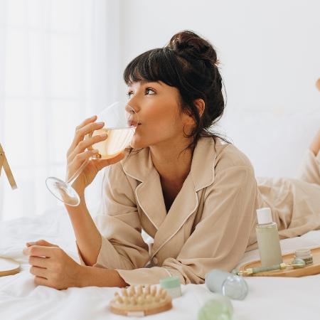 As mulheres estão na dianteira das pesquisas sobre consumo de bebida alcoólica na pandemia - Julia Amaral/Getty Images/iStockphoto