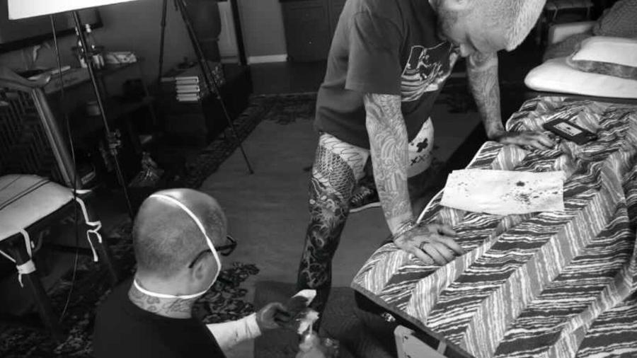 Adam Levine cobre perna direita com tatuagem gigante - Reprodução/Instagram