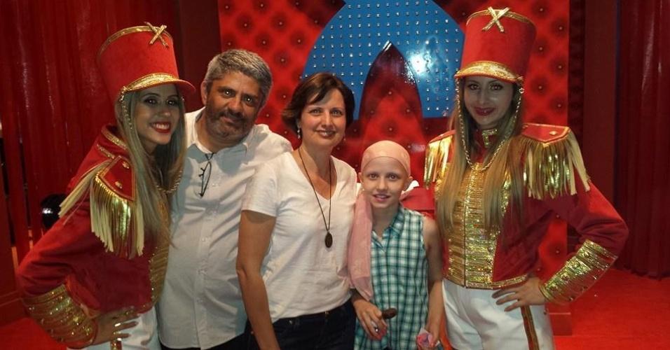 Larissa Maciel com a filha Lowise e a apresentadora Xuxa em inauguração de casa de festas em Uberlândia, Minas Gerais