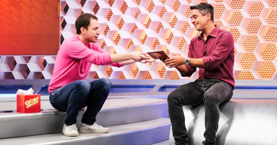 6.jul.2015 - Tiago Leifert passa a apresentação do