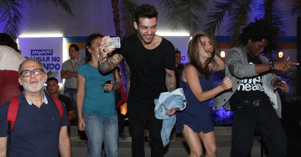 """5.ago.2015 - Lucas Lucco dança ao som da banda Raimundos no lançamento da nova temporada de """"Malhação"""""""