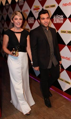 17.nov.2015 - Antônia Fontenelle e seu noivo, Jonathan Costa, na 17ª edição do Prêmio Extra de Televisão, no Rio de Janeiro