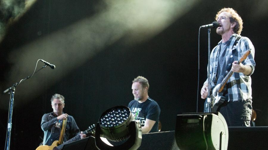 22.nov.2015 - A banda Pearl Jam se apresenta no estádio do Maracanã, no Rio de Janeiro - Marcos Hermes/T4F/Divulgação