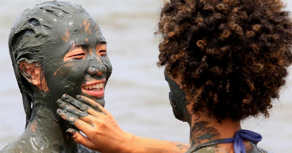 6.fev.2016 - Foliões se sujam de lama durante o Bloco da Lama, no Carnaval de Paraty (RJ)